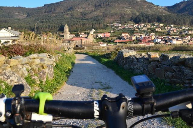 Vista del monasterio de Oia durante una ruta en bicicleta.