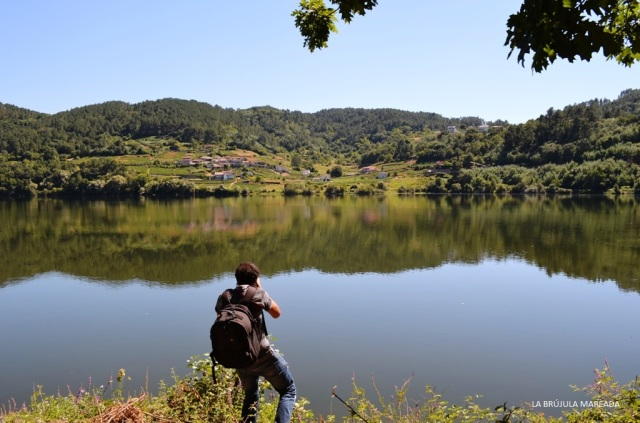 Matteo Bertolino tomando imágenes durante su trabajo de campo en Cenlle (Ourense) para la exposición Cenlle: Terra, Xente, Viño